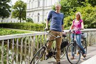 """Fahrradfahrer in den Wallanlagen in Oldenburg.  Bild: """"obs/Oldenburg Tourismus und Marketing GmbH/Verena Brandt"""""""