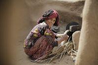 Eine Frau im Jemen kocht heißes Wasser auf Bild: Islamic Relief Deutschland e.V. Fotograf: Islamic Relief