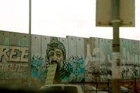 """Ebenfalls zur Stärkung von Israels Sicherheit erbaut - die völkerrechtlich umstrittene Grenzmauer. / Bild: """"obs/ZDFinfo/Ina Kessebohm"""""""