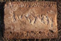 Archäologen der Universität Jena fanden diese Marmortafel mit einer hebräischen Inschrift während Ausgrabungen in Portugal. Quelle: Foto: Dennis Graen/FSU (idw)