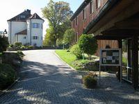 Schloss Aspenstein mit dem Gästehaus der Georg-von-Vollmar-Akademie im Vordergrund