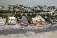 Beschädigte und überflutete Häuser an der Küste von Long Beach Island.