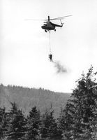 Ein Mi-8 bringt Kalkdünger über dem Thüringer Wald aus (1987)