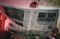 Der morgendliche Blick in die Tageszeitung - immer mehr Menschen verzichten darauf. Quelle: Foto: Jan-Peter Kasper/FSU (idw)