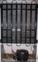 Kompressor und Wärmetauscher an der Rückwand eines Haushaltskühlschrankes