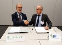 v.l.: Dr. Hans-Joachim Braun (CIMMYT, Mexiko) und Prof. Dr. Frank Ordon (Präsident des JKI) nach erfolgreicher Unterzeichnung der gemeinsamen Absichtserklärung. Quelle: Foto: Florian Bittner/Julius Kühn-Institut (idw)