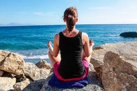 Meditierende Frau: Übung stärkt Gefühlsempfindung (Foto: pixelio.de, J. Christ)