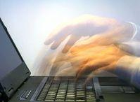 Hände auf Laptop: E-Mail muss rechtskonform sein. Bild: Rainer Sturm/pixelio.de