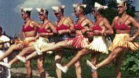 """Ein Oberfeldarzt filmt an der Ostfront Soldaten in Baströckchen, die ihre Kameraden in einer Kampfpause mit Tanzeinlagen unterhalten.  Bild: """"obs/ZDF/Heinz Schünemann"""""""
