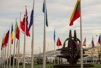 Plastik des NATO-Sterns und Flaggen vor dem alten Hauptquartier