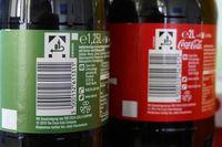 Bilder von bepfandeten Coca-Cola Einwegflaschen mit korrekter Kennzeichnung aus dem Jahr 2003 und ordnungswidriger Kennzeichnung aus dem Jahr 2015. Bild: Marggraf / DUH