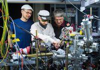Die Messapparatur im Labor: Dr. René Reimann, Tobias Macha und Prof. Dr. Dieter Meschede vom Institut für Angewandte Physik der Universität Bonn. Quelle: (c) Foto: Volker Lannert/Uni Bonn (idw)