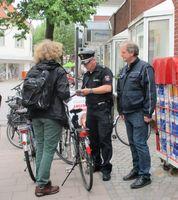 Das Foto zeigt Eugen Schnettler und Holger Boomhuis bei einer Kontrolle in der Innenstadt (Archivbild) Bild: Polizei