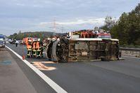 Der Kleinlaster fiel bei dem Unfall auf die Seite Bild: Feuerwehr