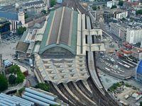 Der Kölner Hauptbahnhof ist ein Knotenpunkt im deutschen Personenverkehrs-Eisenbahnnetz und einer der verkehrsreichsten Bahnhöfe Deutschlands.