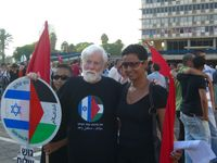 Avnery at a Hadash rally against the 2006 Lebanon War