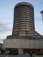 Das FSB hat seinen Sitz bei der Bank für internationalen Zahlungsausgleich in Basel in der Schweiz.