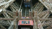 Aufzüge sind auch wichtig für viele Touristenattraktionen, wie beim Pariser Wahrzeichen Eiffelturm. Bild: ZDF Fotograf: ZDF/MatthewTomlinson/OffTheFence