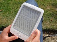 Typisches modernes E-Book-Lesegerät in Anwendung