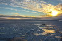Polarstern in der Zentralarktis (Position ca. 83° N, 130° O): Die AWI-Forscher haben gemessen, dass überwiegend einjähriges dünnes Meereis die Arktis im Sommer 2012 dominiert. Die Eisdecke ist von von offenen Wasserflächen durchzogen, auf dem Meereis finden sich viele Schmelztümpel. Quelle: © St. Hendricks, Alfred-Wegener-Institut (idw)