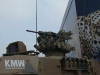 Kraus-Maffei Wegmann FLW 200 mit montiertem Browning M2-Maschinengewehr auf dem Turmdach des Leopard 2A7+ (Symbolbild)