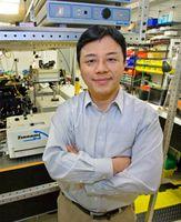 Zhang im Forschungslabor (Foto: Berkeley Lab/Roy Kaltschmidt)