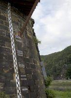 Am 16. August 2002 erreichte das Hochwasser der Elbe im Grenzort Schöna eine Höhe von über elf Metern. Die Markierungen am Bahndamm zeigen, dass die Flut von 2002 nicht das einzige Hochwasser der letzten Jahrhunderte war, aber eines, dessen Dimension über mehrere Generationen nicht mehr erlebt wurde. Quelle: Foto: Tilo Arnhold/UFZ (idw)