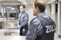 Gepäckkontrolle am Flughafen. Bild: Zoll