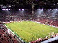 Innenansicht des RheinEnergieStadions. Das Stadion wird überwiegend vom 1. FC Köln für die Spiele seiner Fußball-Profimannschaft genutzt.