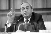 """Karl Otto Pöhl auf einer Pressekonferenz in Bonn, 1990 Bild: """"Bundesarchiv B 145 Bild-F083630-0020, Bonn,  Arne Schambeck - Wikimedia Deutschland"""