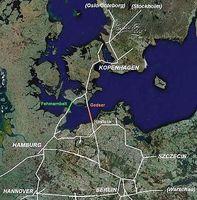 Die Feste Fehmarnbelt-Querung (grün) und die alternative Rostock-Gedser-Querung (orange). Bild: Casper / de.wikipedia.org