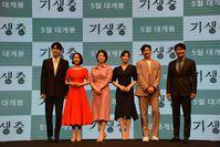 Die Besetzung von Parasite. Von links nach rechts: Choi Woo-shik, Jo Yeo-jeong, Jang Hye-jin, Park So-dam, Lee Sun-kyun und Song Kang-ho (2019)