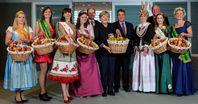 """v.l.n.r.: Sabrina Heiß (Apfelkönigin Baden-Württemberg), Laura Kirschner (Blütenprinzessin Sachsen & Sachsen-Anhalt), Lisa Grodek (Apfelkönigin Brandenburg), Sarah Wiegershaus (Meckenheimer Blütenkönigin), Christian Schmidt (Bundesminister für Ernährung und Landwirtschaft), Dr. Angela Merkel (Bundeskanzlerin), Sigmar Gabriel (Bundesminister für Wirtschaft und Energie), Hilke Lösing (Altländer Blütenkönigin), Manfred Nüssel (DRV-Präsident), Luisa Heinrich (Apfelblütenkönigin Mecklenburg-Vorpommern), Janett Schnabel (Apfelkönigin Sachsen) Bikd """"obs/Bundesvereinigung der Erzeugerorganisationen Obst und Gemüse e.V. BVEO/Andre Wagenzik"""""""