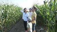 Familie Kovacs sieht erstmals wieviel Ackerfläche pro Person nur für den Maisanbau reserviert ist / Bild: ZDF Fotograf: ZDF/Langbein&Partner
