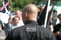 Teile der Neonaziszene treten als Skinheads in Erscheinung