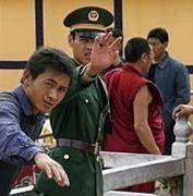 """Chinas übermächtiges Militär und Spitzel auf der Jagd nach """"respektlosen"""" Tibetern. Bild: studentsforafreetibet.org"""