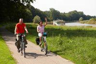 """Radfahrer am Weser-Radweg Bild: """"obs/Weserbergland Tourismus e.V."""""""