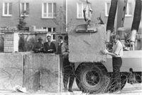Mauerbau, Aufstellen von Betonblöcken, 1961