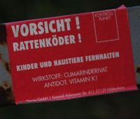 Rattengift Aufkleber auf einem Zaun
