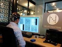 Vernetzt am Bildschirm: Tester betrachtet Aufnahmen. Bild: Neuromatters