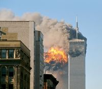 Einschlag (Explosion) im Südturm (Aufnahme von Norden)