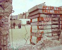 Die Mauer bröckelt in Berlin, 1990