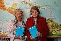 Ingrid Neumann-Holzschuh (li.) und Annegret Bollée haben 2018 ihr Etymologisches Wörterbuch vollendet. Quelle: Katharina Thoma/Universität Bamberg (idw)