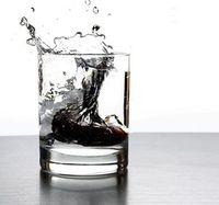 Wodka: Russen trinken sich häufig ins Koma. Bild: pixelio.de, Günther gumhold