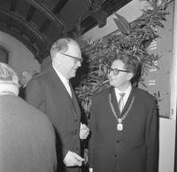 Hans-Jochen Vogel (rechts) als OB von München mit dem schwedischen Ministerpräsidenten Tage Erlander (1964), Archivbild