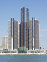 Renaissance Center in Detroit, heutige Unternehmenszentrale von GM. Bild: Flibirigit on en.wikipedia
