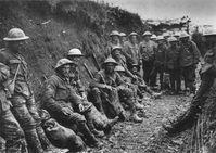 Der Grabenkrieg war v. a. für die Westfront charakteristisch: britische Soldaten der Royal Irish Rifles in einem Schützengraben an der Somme, Herbst 1916