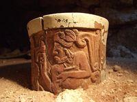 Eines der reliefverzierten Keramikgefäße, das als Kakaobecher diente mit der Darstellung eines jungen Mannes. Kakao war das Getränk des Adels in der Maya-Gesellschaft. Quelle: Foto: Archäologisches Projekt Uxul/Universität Bonn (idw)