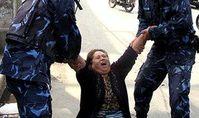 Nepalesische Polizei nimmt eine Tibeterin fest. Bild: IGFM