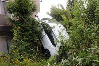 Die Fahrerin konnte sich aus dem senkrecht stehenden Fahrzeug befreien. Bild: Polizei